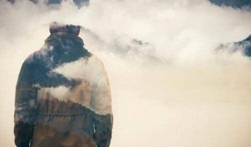 En man vid bergen