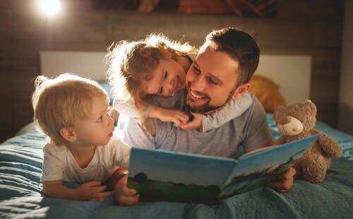 En pappa som läser med sina barn för att förbättra deras läsförståelse
