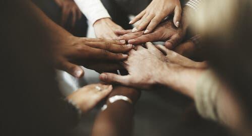 Att hålla händer för målen för hållbar utveckling