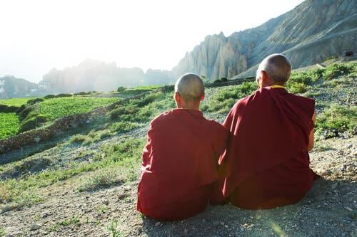 Tibetanska munkar njuter av utsikten