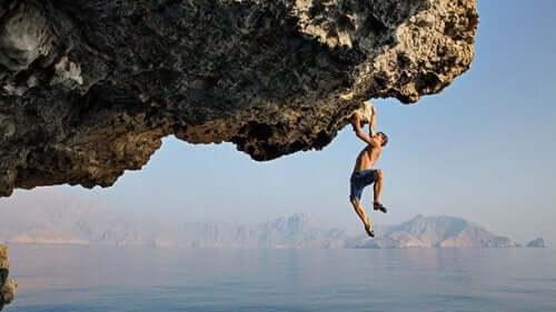Alex Honnold klättrar under horisontell klippa över vatten