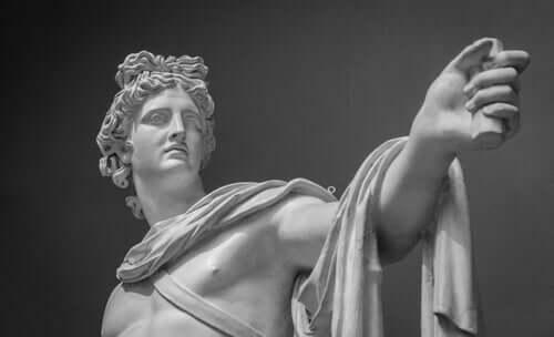 En staty av Apollon