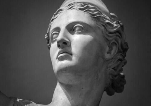 En närbild på Artemis ansikte, i statyform