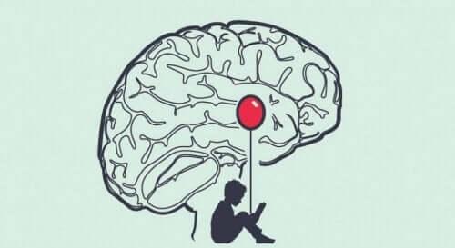 En pojke med ballong under en hjärna