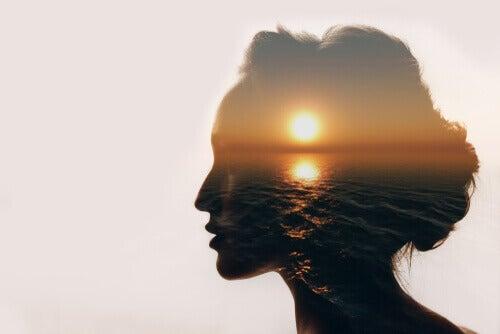 Dubbelexponerad kvinna med hav, hon måste stänga ögonen för att se inombords