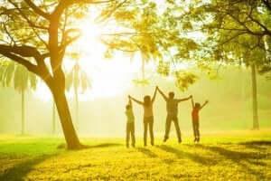 Familj med positiv hemmiljö i park