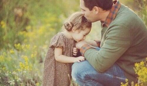 Far som använder ett positivt föräldraskap utan skuldbeläggning