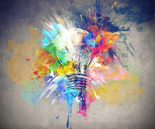 En glödlampa omgiven av färger som representerar en impuls av kreativitet efter genomgådd hjärnstimulering
