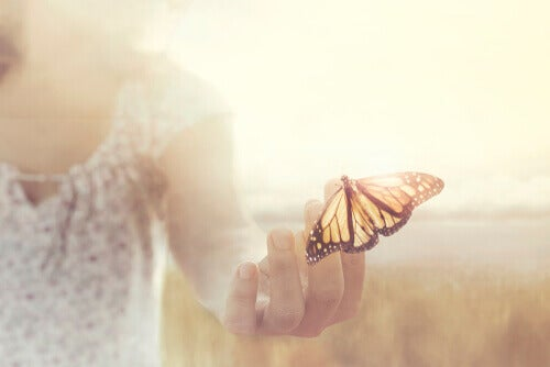 En kvinna med en fjäril