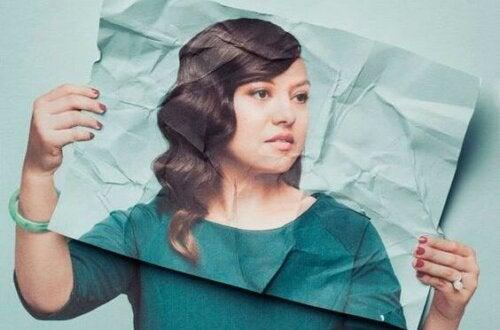 Kvinna som presenterar sitt ansikte på ett papper