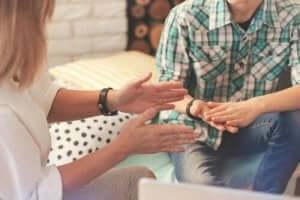 En kvinna tillämpar övertalningsprinciper mot en man