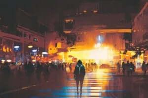 En man i luvtröja promenerar på regnstänkta gator i en psypunkinspirerad framtida dystopi