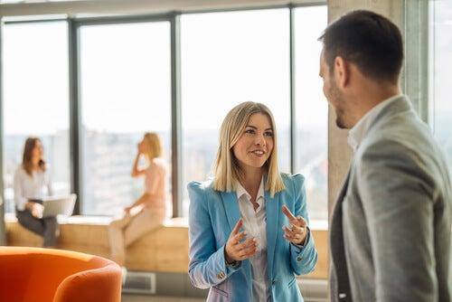 Aladdinfaktorn: två personer som pratar på jobbet
