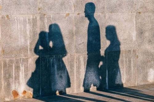 Fyra skuggor på en betongvägg