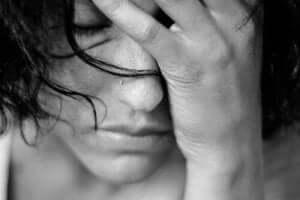 En kvinna upplever smärtan av förändrat medvetandetillstånd