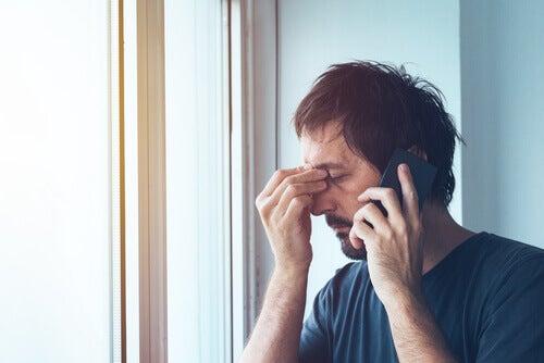 En man, stressad inför rädslan för det okända