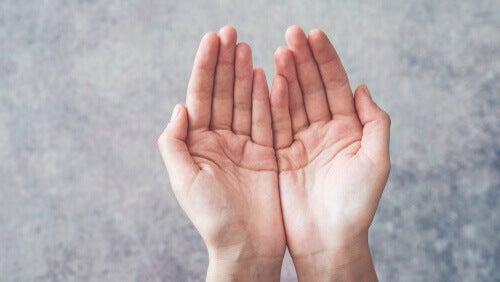 Två händer, i en tiggande gest