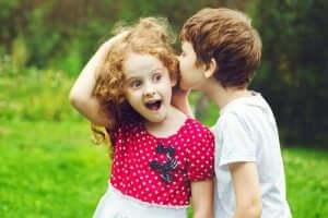 En pojke viskar till en flicka