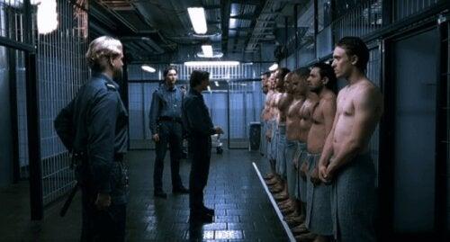 Fångar uppställda inför fångvaktare i en scen från filmen Experimentet