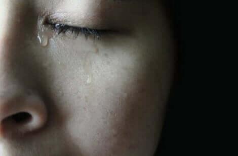 En kvinna med krossade drömmar som gråter