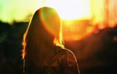 En kvinna ser på solnedgången