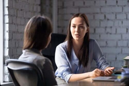 En del av den psykologiska obduktionen består i att man intervjuar den avlidnas anhöriga