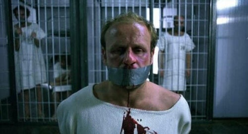 En blödande fånge är bakbunden