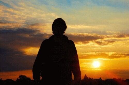 Djup och bakgrund: En man ser på en soluppgång