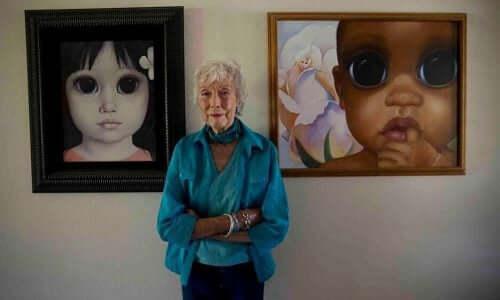 Verklighetens Margaret Keane framför två av sina målningar med stora ögon