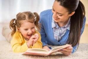 Mor läser för dotter