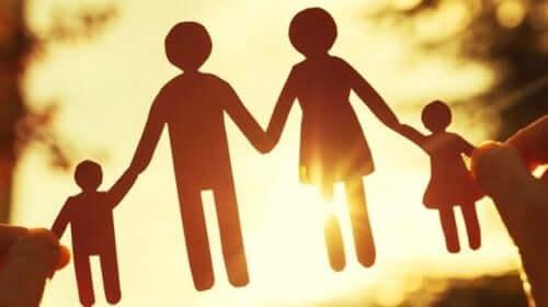 En familj utklippt i papper