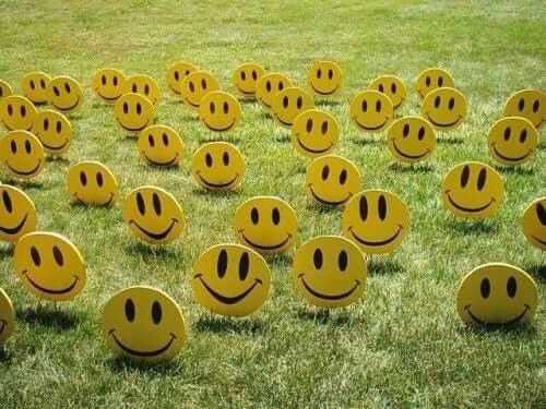 Eysencks personlighetsmodell: smileys på gräsmatta