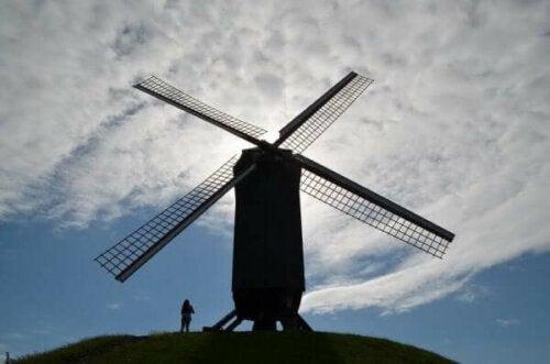 En väderkvarn på en kulle