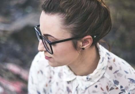 En kvinna med glasögon