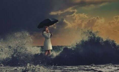 Att försöka förutsäga framtiden kan orsaka mycket ångest, en bild på en kvinna på en stormig strand