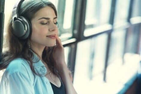 En kvinna som lyssnar på musik