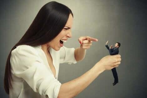 En kvinna med hybris anklagar en man