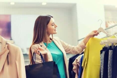 En kvinna som shoppar