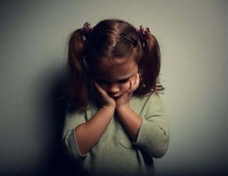 En ledsen liten flicka, vilket kan resultera i en emotionell avskiljningsstörning
