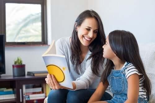 Mamma lär dotter att läsa med stavelsemetoden