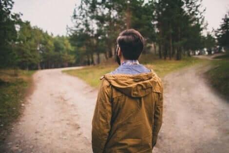 En man som står inför två olika vägar