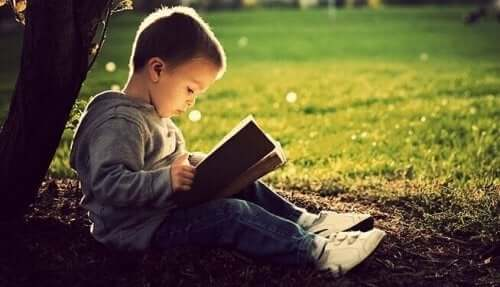 Pojke läser en bok