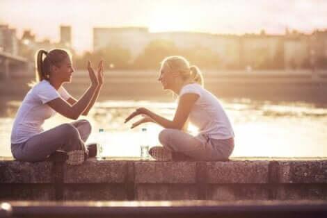Två väninnor som talar om former av mod efter en löprunda i gryningen