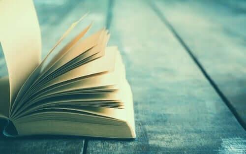 En uppslagen bok på ett träbord