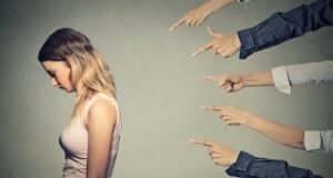 Fingrar som pekar på en kvinna