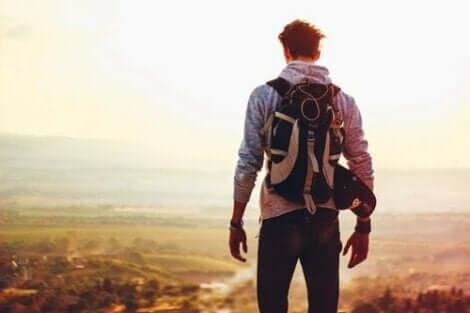 En backpacker överstiger ett berg