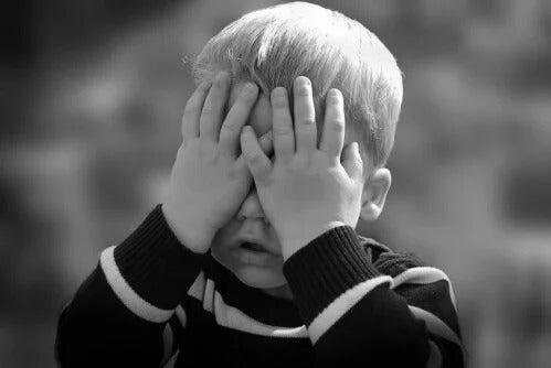 Ett barn med kronisk smärta