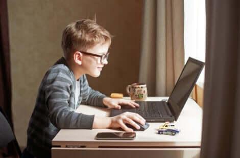 Barn som spelar dataspel