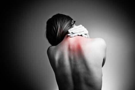 En kvinna med ryggvärk
