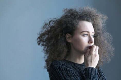 En kvinna som funderar